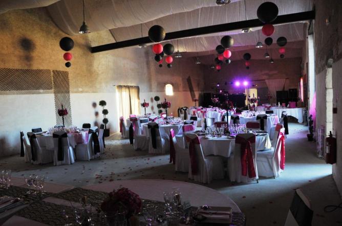 la salle peut recevoir 200 personnes pour un repas assis