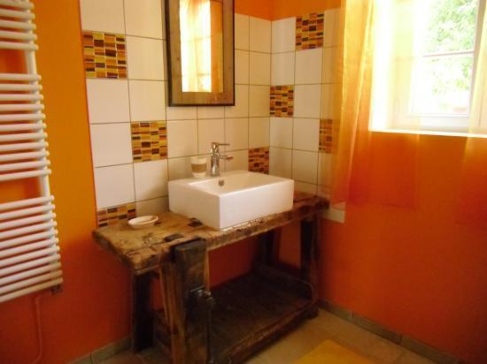 salle d'eau du bas, douche, lavabo, machines à laver et à sécher