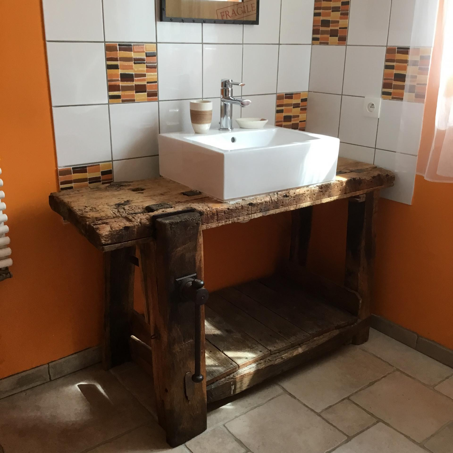 Salle d'eau avec lave linge et sèche linge